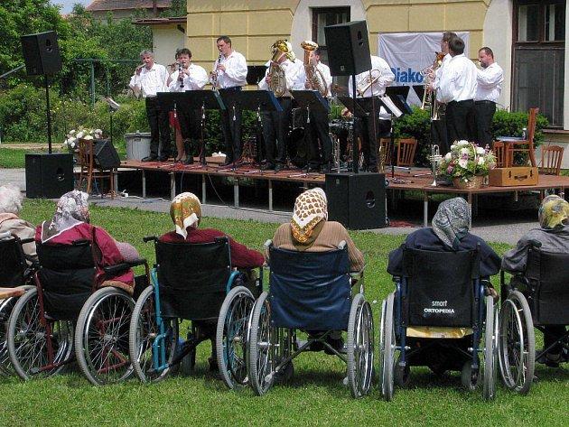 Že ani pokročilý věk není na překážku zpěvu a radosti z něj, dokázali seniorům z domova v Myslibořicích muzikanti ze dvou výjimečných hudebních uskupení.