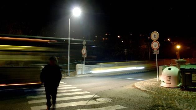 Speciální osvětlení typu Zebra k přechodům pro chodce umísťuje na frekventovaných ulicích radnice v Třebíči.