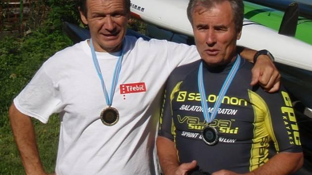 Třebíčští triatlonisté v Maďarsku bodovali, Petr Mejzlík bral zlato (vlevo), Zdeněk Mikoláš stříbro.