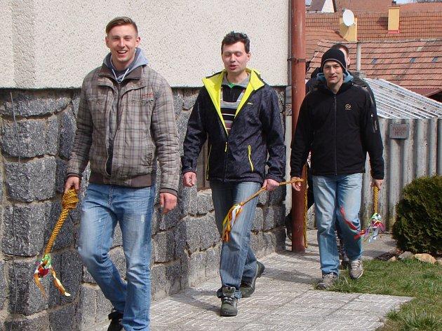 POMLÁZKA. Na tradiční pomlázku vyrazili o Velikonočním pondělí i muži z Trnavy.