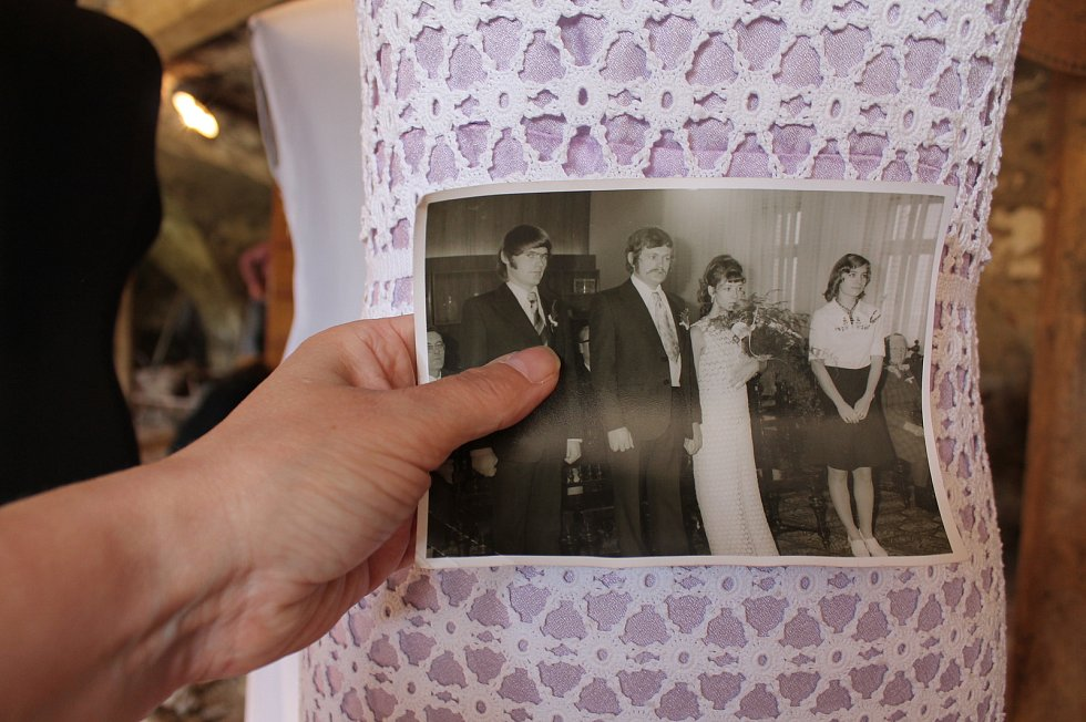 Hana Procházková otevře v Čechtíně 1. května muzeum svatebních šatů. Tato nevěsta si šaty rok háčkovala. Manželství však šťastné nebylo.