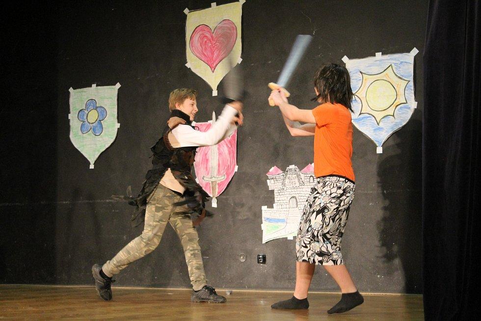 Festival Hučka byl letos ve znamení rytířů. Nechyběl dopolední trénink ani tradiční přehlídka divadel.