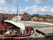 Práce na Podklášterském mostě přes řeku Jihlavu v Třebíči pokračují.