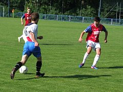 """Známé pořekadlo """"nedáš, dostaneš"""" zafungovalo v záchranářském derby mezi juniorkou HFK Třebíč (v červeném) a Moravskými Budějovicemi, které na začátku druhého poločasu dvakrát trefily brankovou konstrukci a pak čtyřikrát inkasovaly."""