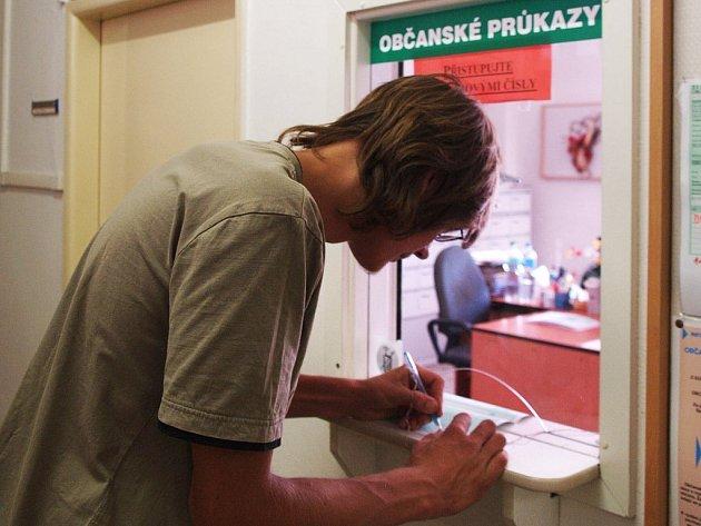 Povinnost vyměnit si občanský průkaz někteří nechávají na poslední chvíli. Fronty u okének se zatím netvoří v Třebíči ani v Moravských Budějovicích.