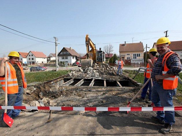 Staré přemostění Štěpánovického potoka do konce října nahradí nové.