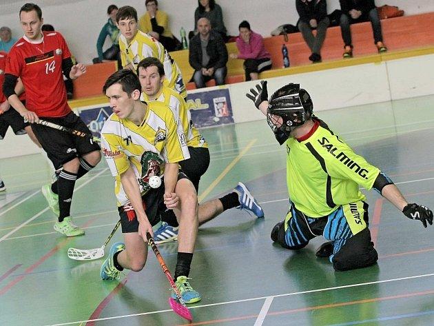 Florbalisté Okříšek-Kněžic (ve žlutém) doufají, že bude pokračovat vzájemná bilance s Třebíčí. Všechny dosavadní duely obou rivalů vždy končily vítězstvím hostů.