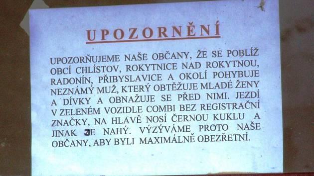 Za okno autobusové zastávky v Chlístově umístil tamní obecní úřad výstrahu lidem.