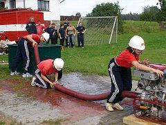 Útok žen ze Smrku na okrskové soutěži dobrovolných hasičů v Kojatíně.
