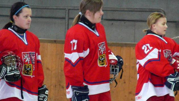 Náměšťská rodačka Adéla Marešová (s č. 17), která v lize žen obléká dres Cherokees Brno, si zahraje na mistrovství světa hokejistek do 18 let.