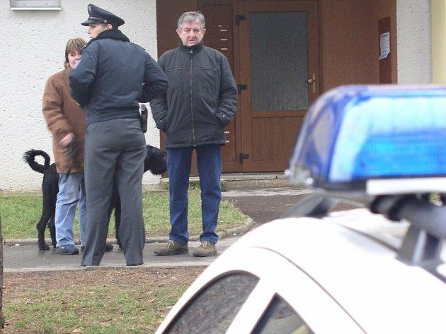 Okolo panelového domu v Pražské ulici v Pelhřimově se to včera vpodvečer jen hemžilo policisty. Pyrotechnik pročesával dům kvůli bombě, ostatní vyslýchali svědky a připravovali dočasnou evakuaci obyvatel. Ta přišla na řadu v sedm hodin večer.