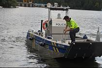 Policejní kontroly na Dalešické přehradě a v jejím okolí pokračují.