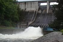 Dalešická přehrada se již v pondělí připravovala na očekávanou úterní kulminaci řeky Jihlavy.