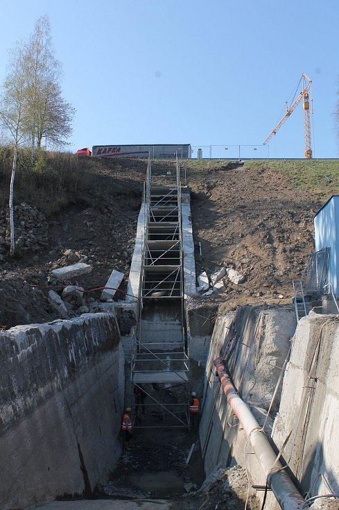 Rekonstrukce vodní nádrže Markovka nedaleko Třebíče skončí příští rok na jaře. Pohled od Kožichovic na objekt, který patří k bezpečnostnímu přelivu.