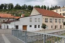 Domy, které jsou nyní majetkově scelené pro jeden projekt, se nacházejí v Subakově ulici. Ohraničuje je úzká ulička - průchod k řece a náměstí Rabína Ingbera. Horkému patří i protilehlé domy směrem k řece.