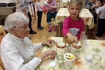 Děti z Mateřské školy Demlova navštívily seniory v Kubešově ulici v Třebíči
