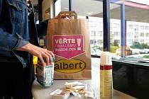V prodejnách se začaly objevovat papírové tašky.
