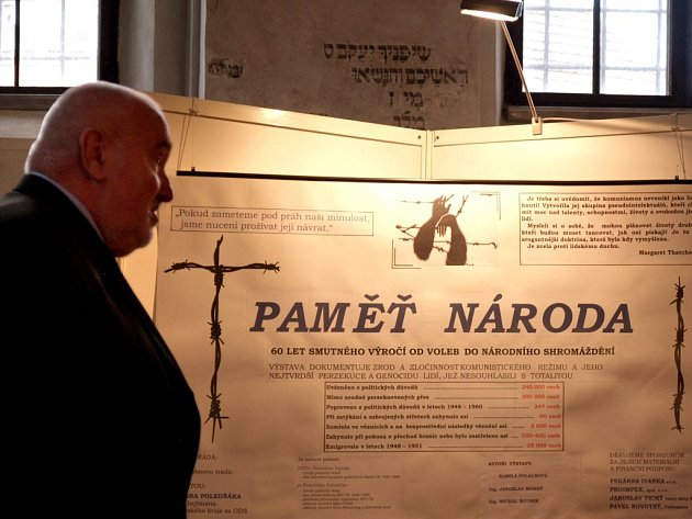 Při příležitosti 60. smutného výročí voleb do Národního  shromáždění si návštěvníci Zadní synagogy mohou prohládnout 13 panelů s fotografiemi a dobovými dokumetny státní bezepčnosti.