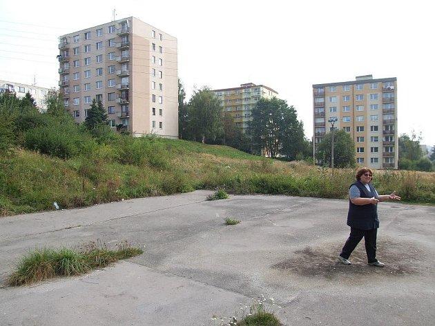 Zpustlé hřiště na sídličti Za Rybníkem.