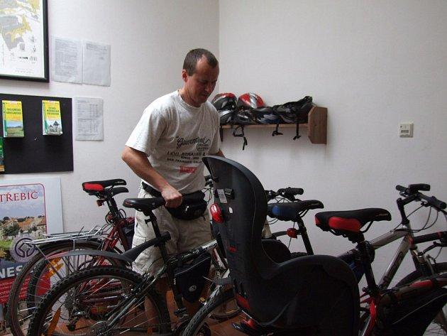 Nasedat. Turista si vybírá kolo v třebíčské půjčovně.