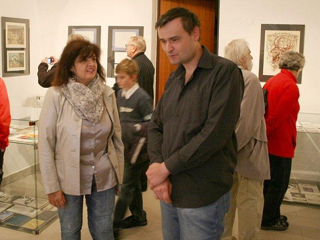 Ředitelka městského kulturního střediska Jaromíra Hanáčková a Karel Bucl ml. při vernisáži výstavy ve stálé galerii Ladislava Nováka.