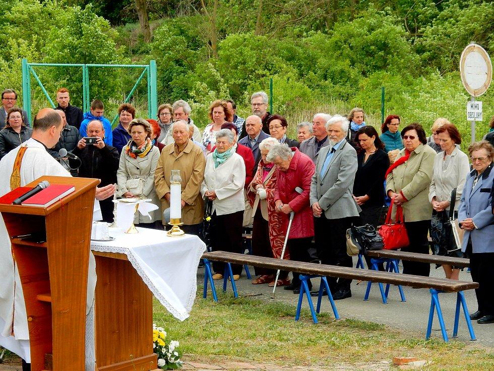 Někdejší život v zaniklé obci Skryje u Dukovan na Třebíčsku si rodáci připomínají každoročně pietou u kapličky. Foto: poskytl Miloš Kudera
