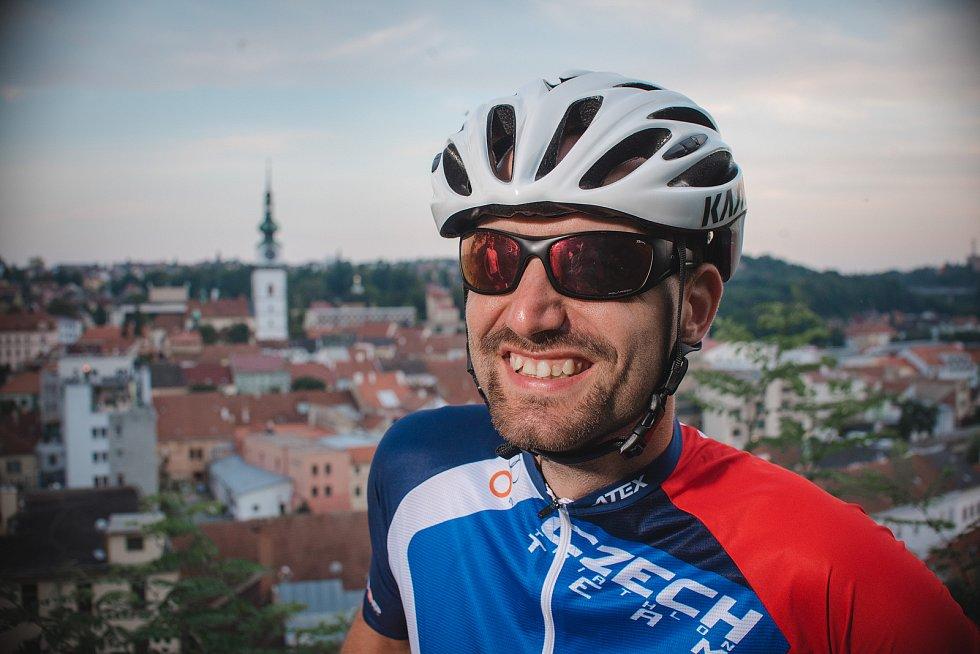 Ondřej Zmeškal z Třebíčska je profesionální nevidomý sportovec. Absolvoval mnoho triatlonových závodů, maraton na Velké čínské zdi nebo slavnou Tour de France.