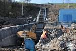 Rekonstrukce vodní nádrže Markovka nedaleko Třebíče skončí příští rok na jaře. Pohled od Kožichovic. Betonový objekt patří k bezpečnostnímu přelivu.