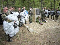 Takto vojáci z Náměště nad Oslavou uctili u Kramolína na Třebíčsku památku válečného seskoku československých parašutistů ze skupiny Spelter v roce 2012.
