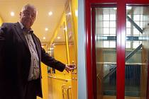 Firma Trebilift v loňském roce dodala bezbariérový výtah (vlevo) například také do Základní školy Otokara Březiny v Jaroměřicích nad Rokytnou. Speciální zakázkou byl výtah v Jurkovičově vile, která je kulturní památkou.