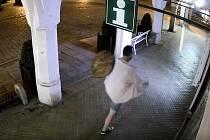 Kdo pozná muže na videu, může se policistům přihlásit na lince 158.
