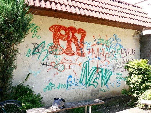 Graffiti a tagy v Třebíči.