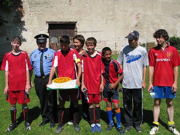 V netradičním fotbalovém zápase proti sobě nastoupila družstva složená ze žáků tamní školy a třebíčských strážníků městské policie.