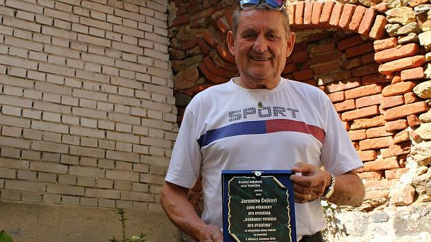 Jaromír Čejka s plaketou od fotbalového svazu za mimořádný přínos fotbalu na Vysočině.