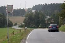 Zatáčky mezi Třebíčí a Pocoucovem se mají dočkat narovnání. Budoucí novou silnici už nyní lemuje na dřevěných kůlech zavěšený kabel optické sítě.