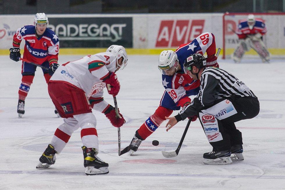 Třebíčští hokejisté (v červenomodrých dresech) na svém ledě podlehli Slavii 2:4 a do čtvrtfinále play-off Chance ligy se nepodívají. Sezona jim končí!