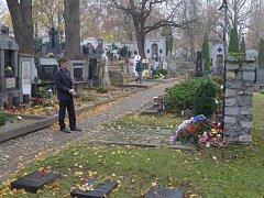 Místostarosta Třebíče Milan Zeibert položil květiny k památníku obětem první i druhé světové války na starém hřbitově.