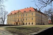 Nejen budova zámku, ale i komplex přilehlých zámeckých hospodářských budov by mohl být po dlouhých letech chátrání konečně zcela využit.