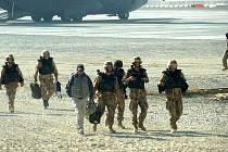 NA AFGHÁNSKÉ PŮDĚ. Na fotografii jsou první vojáci z předsunutého týmu těsně po příletu. Mají na starosti přípravu zázemí pro kontingent, který sem dorazí na přelomu roku.
