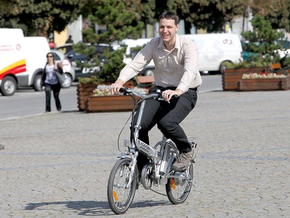 V rámci Týdne mobility se v pondělí na Karlově náměstí objevily tři druhy elektrovozidel elektrovozidlo peugeot, skútry a elektrokola.