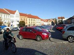 Místní lidé i radnice se shodují, že husté dopravy na náměstí se zcela zbavit nelze. Najít místo k parkování v srdci města bývá i přesto, že je parkování zpoplatněno, nemalá potíž.