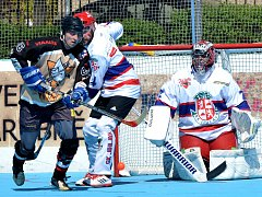 Obhájce prvenství v play-off Moravské hokejbalové ligy SK Jihlava B (v bílém) odstartovala semifinále vítězně. Druhý zápas zvládla Slza Přibyslavice (na snímku), která ve třetí třetina smazala dvoubrankové manko a stav série vyrovnala v prodloužení.