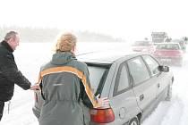 Situace na silnicích o víkendu: Úsek silnice I/23 z Markvartic do Štěměch, kde se v kopci setkal kamion s protijedoucím autobusem a zpomalily tak dopravu. V kopci se řidičům špatně rozjíždělo a někteří museli svá auta roztlačovat.