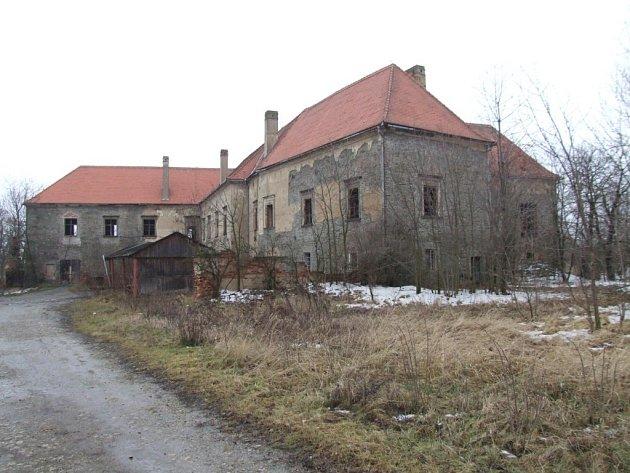 Zámek ve Valči na Třebíčsku je na seznamu nejohroženějších památek. Budova je bez oken, vnitřní prostory jsou poškozené. Majitel se snaží zámek prodat.