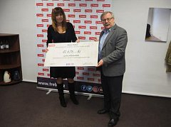 Předsedkyně spolku Míša & Míša Hana Nejedlá převzala z rukou starosty Třebíče Pavla Janaty symbolický šek s částkou 41 676 korun.