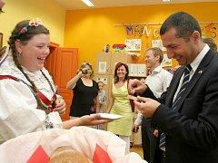 Základní škola Komenského v Náměšti nad Oslavou uspořádala veletrh EU. Školáci na něm přivítali i prvního tajemníka francouzského velvyslance Fatiha Akcala.