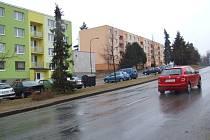 BYTY Z BÝVALÉ KOTELNY MEZI PANELÁKY. Taková je vize nového vlastníka kotelny na Račerovické ulici, který ji hodlá přebudovat na místo pro bydlení. Místní mají obavy, že se před paneláky bude odehrávat ještě větší boj o parkovací místa.