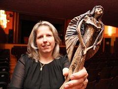 I v tomto roce budou diváci hlasovat o nejlepší festivalovou inscenací a vítězné představení získá sošku Andělky z dílny třebíčské výtvarnice Lydie Khekové (na snímku ji ukazuje Eva Malá z Městského kulturního střediska v Třebíči).