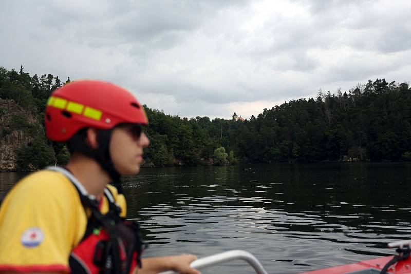Dalešická přehrada láká během sezóny tisíce návštěvníků. Na jejich bezpečí dohlíží sehraný tým vodních záchranářů, kteří jsou vybavení novým člunem. Díky němu dokáží zachraňovat zdraví, životy, nebo jen řešit nerozvážnosti letních turistů. Milovníci oblíb