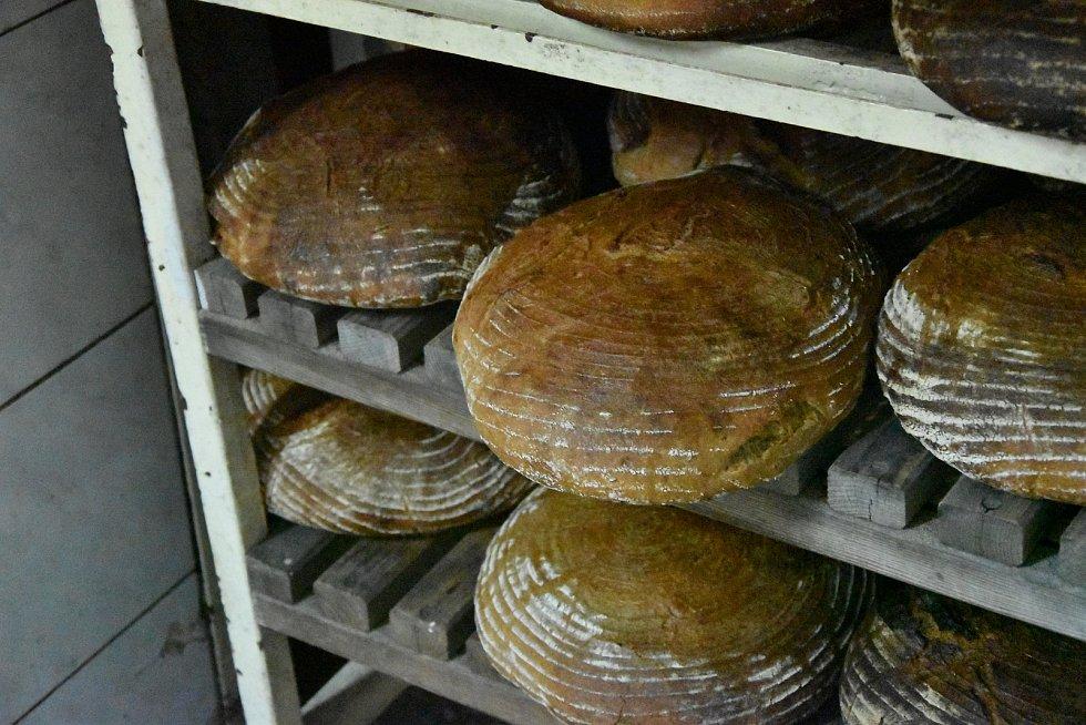 Tomáš Weber obnovil výrobu v pekárně v Třebíči. Svoje pečivo peče v parní peci z roku 1933.  V té době tam totiž fungovala Weberova pekárna.